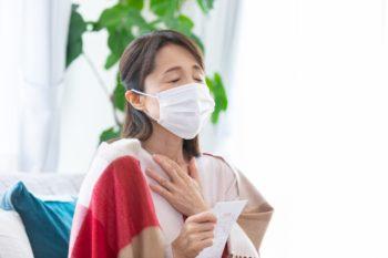 薬を持つマスク女性