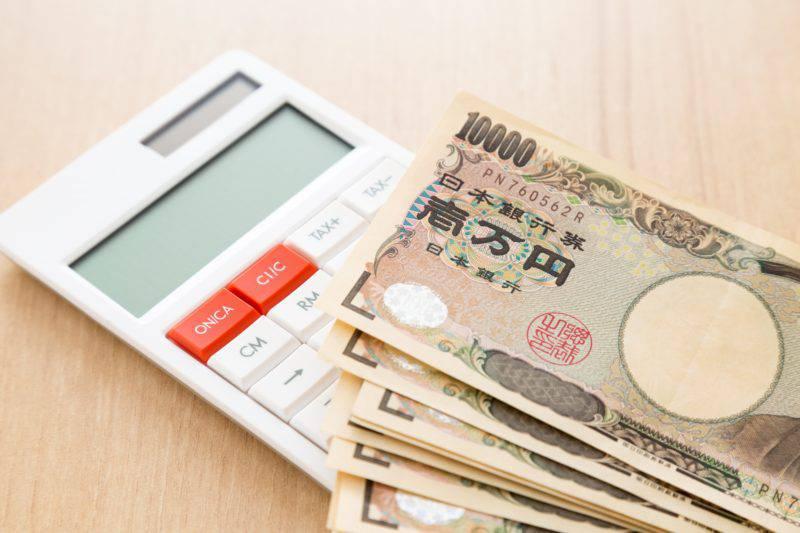 白い電卓と数万円