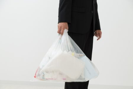 ゴミを持つ黒服