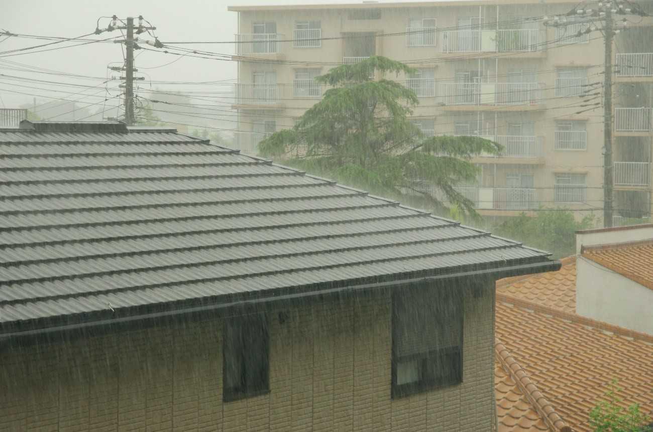 屋根の雨音がうるさいのは雨漏りのせい?|原因を知って正しい対処を