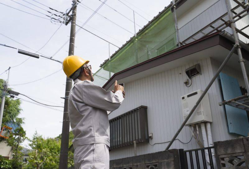 屋根を見上げる職人