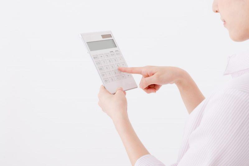 白い電卓を操作