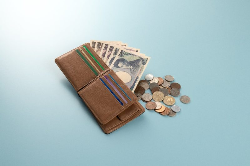 二つ折り財布とお金たち