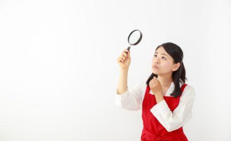 赤エプロン女性と虫眼鏡