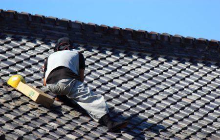瓦屋根修理の職人