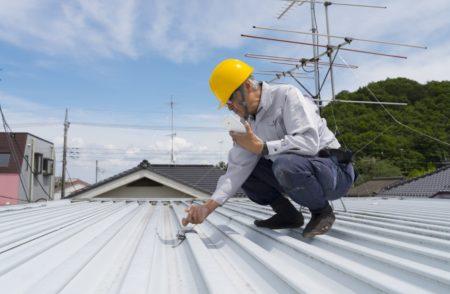 屋根調査中の作業員