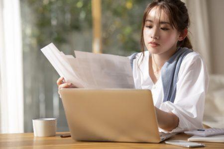 書類とノートPCと女性