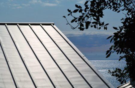 ガルバ屋根と海