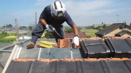 瓦と職人が屋根の上