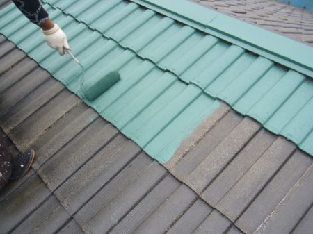 屋根青く塗装中