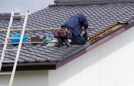 瓦屋根と職人