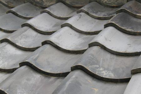 古めの瓦屋根