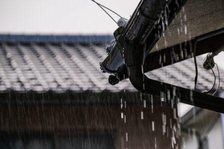 豪雨と溢れる雨樋